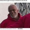 シークレットサンタの手伝いをするホームレス男性(画像は『CBS News 2018年12月14日付「Homeless man helps Secret Santa give out $100 bills to strangers」』のスクリーンショット)