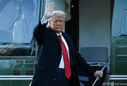 米首都ワシントンにあるホワイトハウスを退出するドナルド・トランプ前大統領(2021年1月20日撮影、資料写真)。(c)MANDEL NGAN / AFP