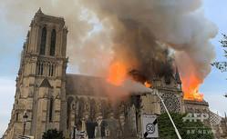 火災に見舞われるフランス・パリのノートルダム大聖堂(2019年4月15日撮影)。(c)Patrick ANIDJAR / AFP