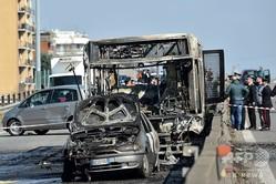 イタリア・ミラノ近郊サンドナートミラネーゼで、運転手により放火されたスクールバス(2019年3月20日撮影)。(c)AFP=時事/AFPBB News