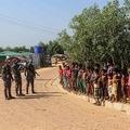 バングラデシュ・ウキヤにあるクトゥパロン難民キャンプで、新型コロナウイルスへの注意喚起を促す治安当局(2020年5月15日撮影、資料写真)。(c)Suzauddin RUBEL / AFP
