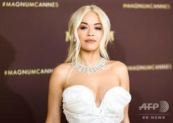 フランス南部カンヌで第72回カンヌ国際映画祭に合わせて開催されたイベントで、フォトコールに登場した英ポップ歌手のリタ・オラさん(2019年5月16日撮影)。(c)Valery HACHE / AFP