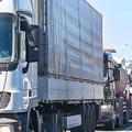 道路上のトラック交通をジャムします