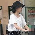 ベビーカーで買い物に出かける堀北真希さん(18年6月)