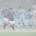 劣悪なピッチコンディションのなかで厳しい戦いを強いられた横浜は、悔しい逆転負けを喫した。(C)J.LEAGUE PHOTOS