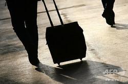 スーツケースを引く人(2007年11月13日撮影、資料写真)。(c)VALERY HACHE / AFP