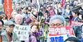 (写真)安倍内閣の総辞職を求めて抗議する人たち=13日、衆院第2議員会館前