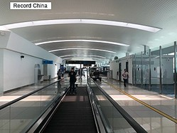 9日、中国青年網は、インドネシアで先月下旬、税関職員へのチップ支払いを拒んだ中国人観光客が入国を拒否される問題が起きたと報じた。写真はスカルノ・ハッタ国際空港。