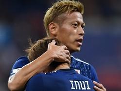 試合後の本田は泣きじゃくる後輩たちを労って回っていた。(C)Getty Images