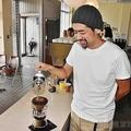 JA支店時代のカウンターやタイルを生かしたカフェの店内で作業する大谷さん(和歌山県海南市で)