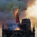 火災により倒壊するノートルダム大聖堂の尖塔(上)と、火災後の同大聖堂(下、2020年4月13日撮影)。(c)GEOFFROY VAN DER HASSELT / AFP