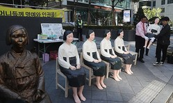 ソウル市内をバスに乗って循環した慰安婦像 YONHAP NEWS/AFLO