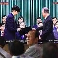新法務大臣の任命の様子をテレビで見守るソウル市民(AFP=時事)