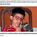身につけていたペンダントで命拾いした少年(画像は『The Sun 2021年1月6日付「HAND OF GOD Boy, 9, saved by his crucifix necklace that stopped stray bullet ripping through his heart as he played at home」(Credit: Newsflash)』のスクリーンショット)