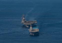 2020年10月、フィリピン海で自衛隊との共同演習「キーン・ソード」に参加した米空母「ロナルド・レーガン」(奥)=米海軍提供
