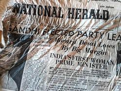 仏シャモニー近郊のボソン氷河で見つかった、1966年1月24日にモンブランに墜落したエア・インディア機のものとみられるインドの新聞(2020年7月9日撮影)。(c)Bernard BARRON / AFP