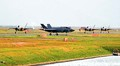(写真)着陸し、駐機場に戻るステルス戦闘機F35Bの編隊=12日、山口県岩国市の米軍岩国基地