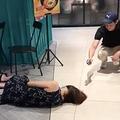 ショッピングモールで倒れた女性を誰も助けず(画像は『The Independent Singapore 2020年3月18日付「Woman faints but no one helps her because of Covid-19 fears」』のスクリーンショット)