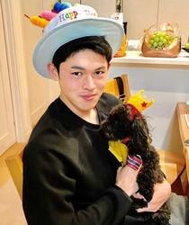 愛犬のトイプードル、ラムちゃんを抱っこする佐々木朗(球団提供)