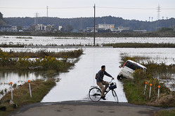 鹿島川の近くでは、27日も水が残り、田畑や道路が水没している地域があった=2019年10月27日午後3時22分、千葉県佐倉市、諫山卓弥撮影