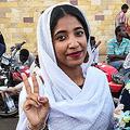 スーダンのオマル・ハッサン・アハメド・バシル大統領(当時)への抗議デモでの様子が拡散し、有名となったアラ・サラーさん(2019年4月10日撮影)。(c)AFP