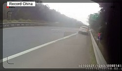 5日、新浪新聞の微博アカウント・頭条新聞によると、同乗していた車の中で友人の子どもに「おばさん」と呼ばれたことをきっかけに、緊急レーンに違法駐車して口論を繰り広げる騒動があった。