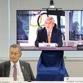 東京五輪の調整委員会に臨む東京オリンピック・パラリンピック競技大会組織委員会の森喜朗会長(左)、国際オリンピック委員会(IOC)のトーマス・バッハ会長(中央画面)、小池百合子都知事(2020年9月24日撮影)。(c)Du Xiaoyi / POOL / AFP