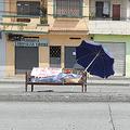 グアヤキルの街で毛布を被せてベンチの上に置かれた死体。COVID-19以外の死者も受け入れる場所がない(Photo by Francisco Macias/Getty Images)