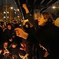 ウクライナ機墜落の犠牲者の追悼が政府への抗議に変わり、スローガンを叫ぶ人たち=11日、テヘラン(C)ゲッティ=共同