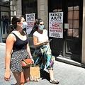新型コロナウイルス対策のロックダウン(都市封鎖)措置のため休業中の紳士服店にはられた窮状を訴えるポスター。イタリア・ローマで(2020年5月21日撮影)。(c)Vincenzo PINTO / AFP