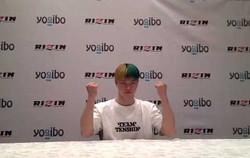 RIZIN東京ドーム大会での変則マッチに合わせ、6色の変則の髪色で会見に登場した那須川天心