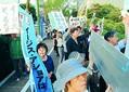(写真)県庁に入る防衛相に抗議する市民ら=6月22日、秋田県庁前