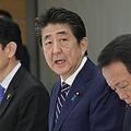 未来投資会議で発言する安倍晋三首相(右から2人目)=29日午後、首相官邸