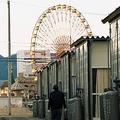 阪神・淡路大震災の被災者のために建てられた仮設住宅=1995年12月、神戸市中央区
