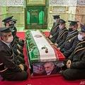 イランの首都テヘランで営まれた核科学者モフセン・ファクリザデ氏の葬儀で、ひつぎを囲んで座るイラン軍の隊員(2020年11月30日撮影)。(c)HAMED MALEKPOUR / TASNIM NEWS / AFP