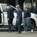 関係者らに見送られ、送迎車のベンツに乗り込むビートたけし。スタッフも次々に辞め、もはや裸の王様!?