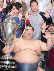 支度部屋で千恵夫人(左上)らと笑顔でバンザイする徳勝龍(撮影・村上 大輔)