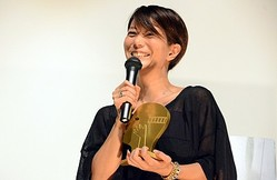 トロフィーを抱え喜びをあらわにする三島有紀子監督