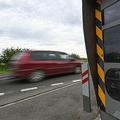 フランス北部で交通違反取り締まりカメラの前を走行する車(2020年7月27日撮影、資料写真)。(c)DENIS CHARLET / AFP