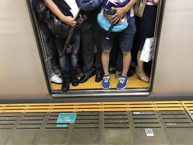[画像] ガラガラ電車を「地獄」に変える? マナー知らずの学生集団に通勤客の不満爆発