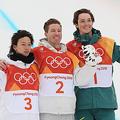 スノーボード男子ハーフパイプで頂点を争った平野(左)とホワイト(中央)。東京五輪のスケートボードで、夏季五輪のメダルも争うのか。