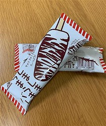 セブンイレブンで限定販売されている森永製菓の「しましまうまうまバー」。裏面のバーコードもシマウマがモチーフ。