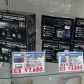 東映無線の売れ筋は、国内メーカー、ナガオカがリパッケージした「movio MDV R108W DR4K」(7680円)。多機能搭載で、日本語フォントを採用している点も高評価。操作性はやや惜しい