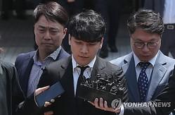 逮捕状の発付可否を決める審査を終え、ソウル中央地裁を出るイ・スンヒョンさん=14日、ソウル(聯合ニュース)