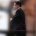 店を後にする平井卓也・デジタル改革担当相