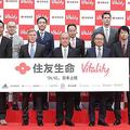 メディア発表会で記念撮影。橋本住友生命社長(前列中央)とゴアディスカバリー代表(前列左から3人目)