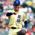 7回、一塁手・大高に指さし確認する星稜・奥川=甲子園