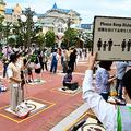 密集しないよう間隔をあけながら開園を待つ人たち=2020年7月1日午前7時32分、千葉県浦安市、佐藤瑞季撮影