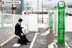 4日、中国のポータルサイト・今日頭条に、日本に行ってみないと分からない日本のおかしな習慣について紹介する記事が掲載された。写真は喫煙所。
