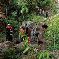 タイ・サムイ島の滝で転落死したフランス人男性の遺体を収容する救助隊。サムイ島ナムアン救助隊提供(2019年10月14日撮影、同15日公開)。(c)AFP PHOTO / Na Mueang Rescue Unit Koh Samui Municipality